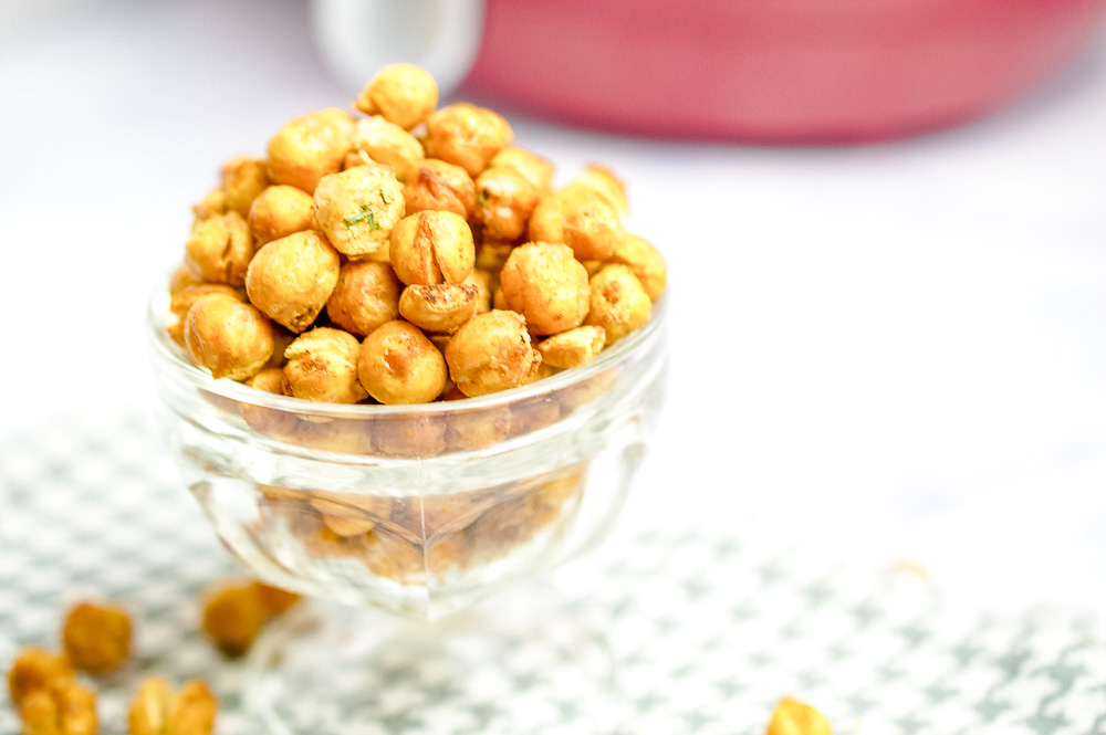 Crunchy Air Fryer Chickpeas (Crispy Air Fryer Chickpeas) is a tasty and healthy treat that has such a satisfying texture for snacking. You can whip up a large batch and take them along with you, whether it's work or a long car ride. They don't go bad quickly which is nice since fresh produce (which is my go-to snack) usually does.
